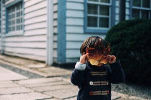 顔を隠す男の子_内向型人間