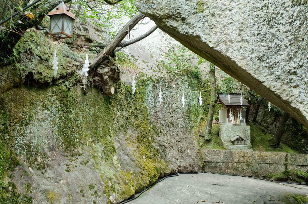 生石神社_御神体_石の宝殿2